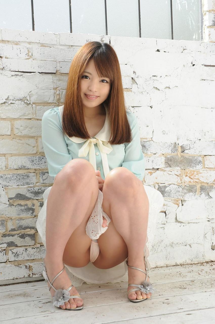 【パンチラエロ画像】しゃがみ込んだ女の子の足の付け根部分にバッチリ写ったもの! 55