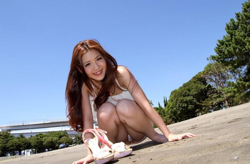 【パンチラエロ画像】しゃがみ込んだ女の子の足の付け根部分にバッチリ写ったもの! 57