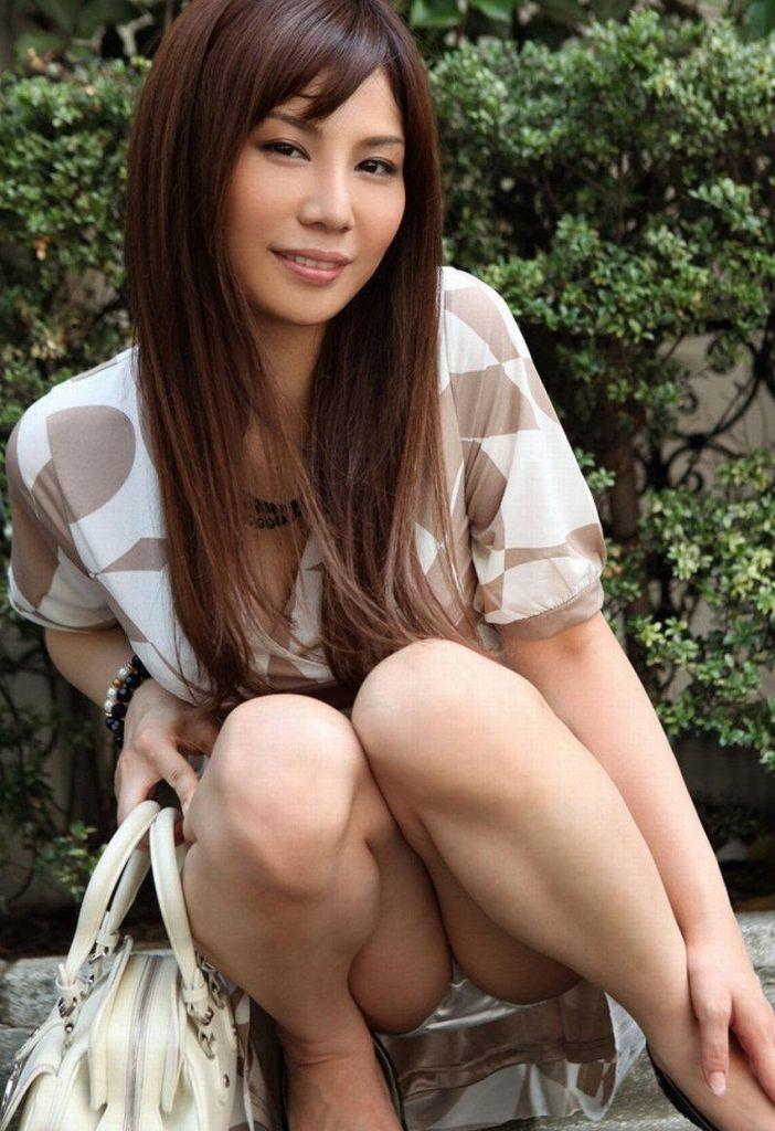 【パンチラエロ画像】しゃがみ込んだ女の子の足の付け根部分にバッチリ写ったもの! 59