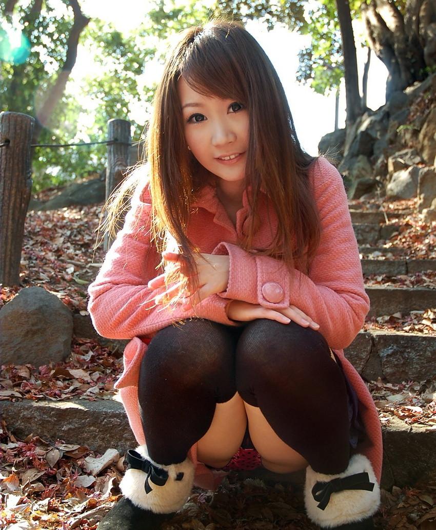 【パンチラエロ画像】しゃがみ込んだ女の子の足の付け根部分にバッチリ写ったもの! 62