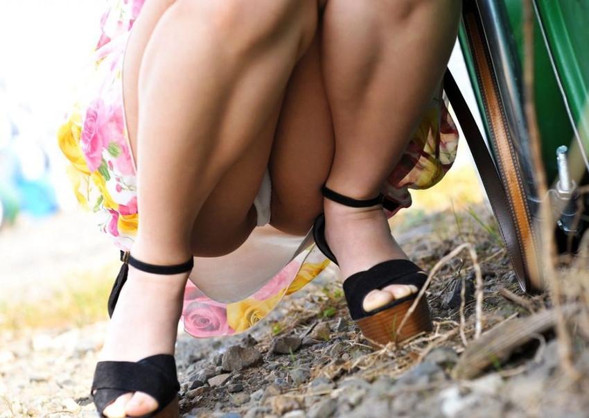 【パンチラエロ画像】しゃがみ込んだ女の子の足の付け根部分にバッチリ写ったもの! 63