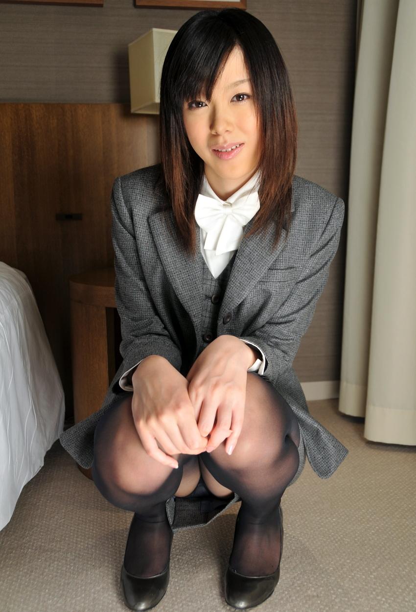 【パンチラエロ画像】しゃがみ込んだ女の子の足の付け根部分にバッチリ写ったもの! 64