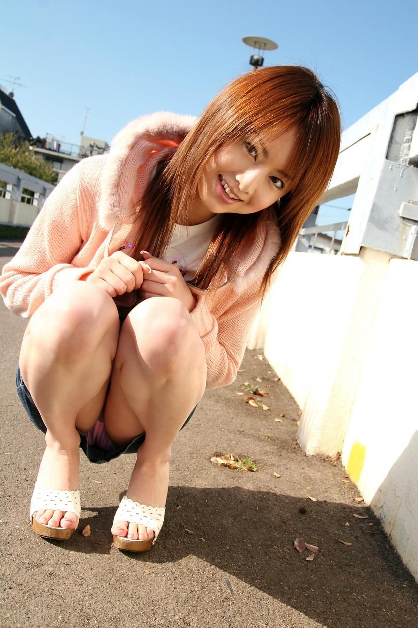 【パンチラエロ画像】しゃがみ込んだ女の子の足の付け根部分にバッチリ写ったもの! 69