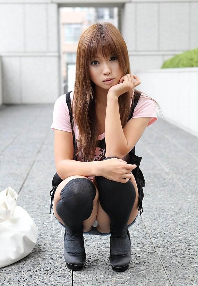 【パンチラエロ画像】しゃがみ込んだ女の子の足の付け根部分にバッチリ写ったもの! 71