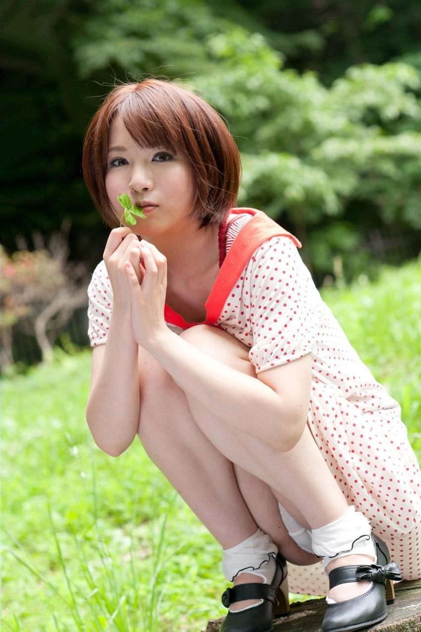 【パンチラエロ画像】しゃがみ込んだ女の子の足の付け根部分にバッチリ写ったもの! 80