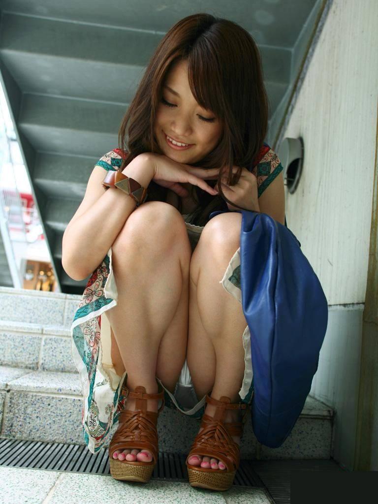 【パンチラエロ画像】しゃがみ込んだ女の子の足の付け根部分にバッチリ写ったもの! 82