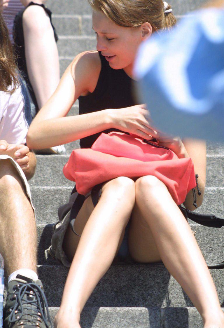 【海外パンチラエロ画像】日本人のパンチラも良いけど海外女子のパンチラも捨てがたい! 51
