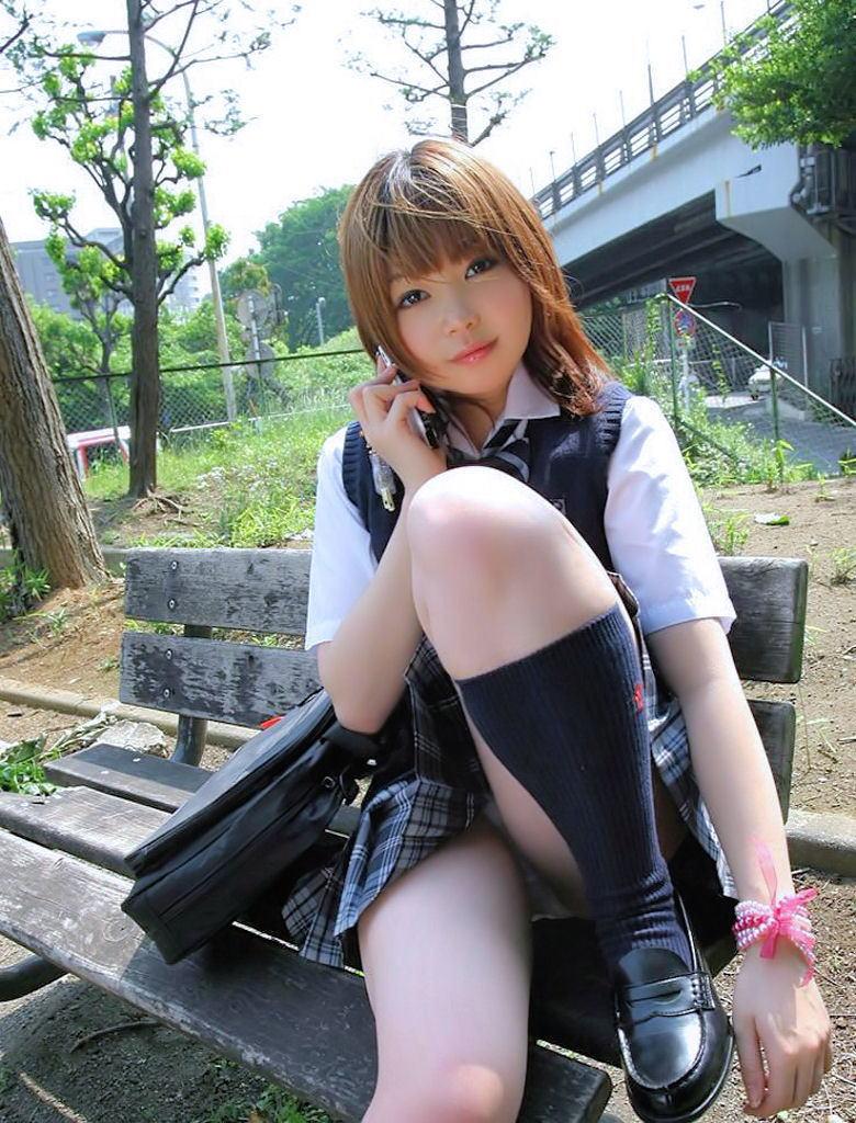 【JKコスプレエロ画像】まるでホンモノJKと見まごうばかりのJKコスプレ女子! 11