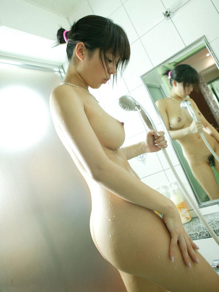 【シャワーエロ画像】シャワーを浴びている女の子なんだから全裸は当然だよなw 66