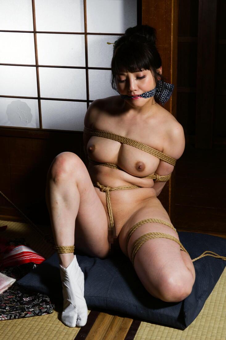 【SM緊縛エロ画像】食い込むロープ!女の子をロープで緊縛してみた結果! 11