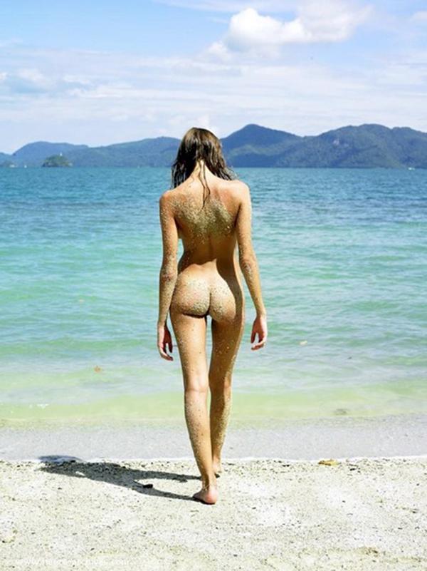 【ヌーディストビーチエロ画像】全裸女が闊歩する海外のヌーディストビーチ! 04