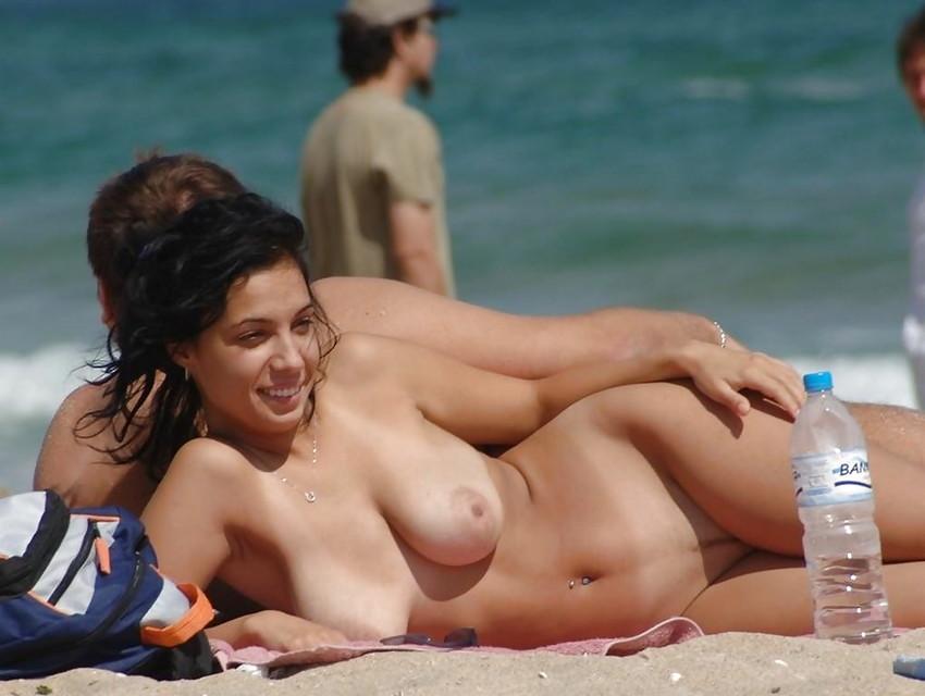 【ヌーディストビーチエロ画像】全裸女が闊歩する海外のヌーディストビーチ! 18