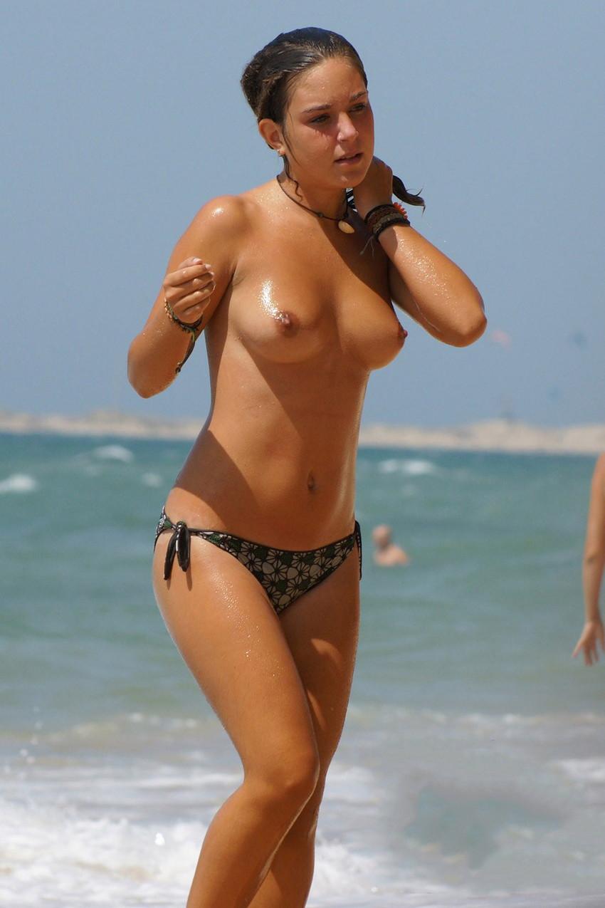 【ヌーディストビーチエロ画像】全裸女が闊歩する海外のヌーディストビーチ! 19