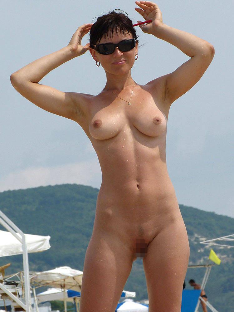 【ヌーディストビーチエロ画像】全裸女が闊歩する海外のヌーディストビーチ! 26