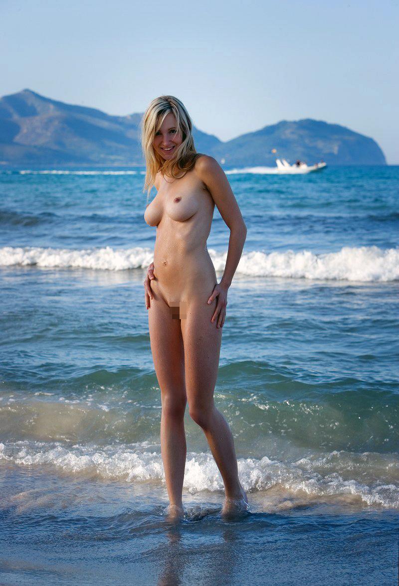 【ヌーディストビーチエロ画像】全裸女が闊歩する海外のヌーディストビーチ! 45