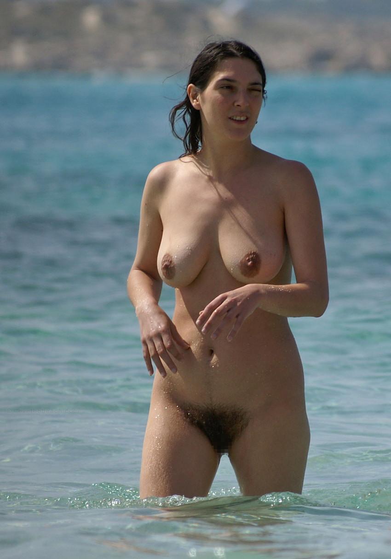 【ヌーディストビーチエロ画像】全裸女が闊歩する海外のヌーディストビーチ! 54