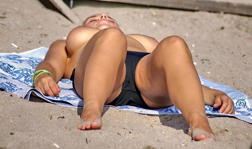 【ヌーディストビーチエロ画像】全裸女が闊歩する海外のヌーディストビーチ! 67
