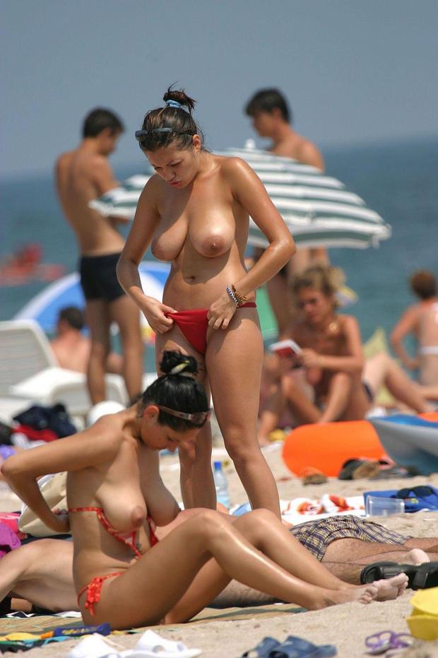 【ヌーディストビーチエロ画像】全裸女が闊歩する海外のヌーディストビーチ! 77