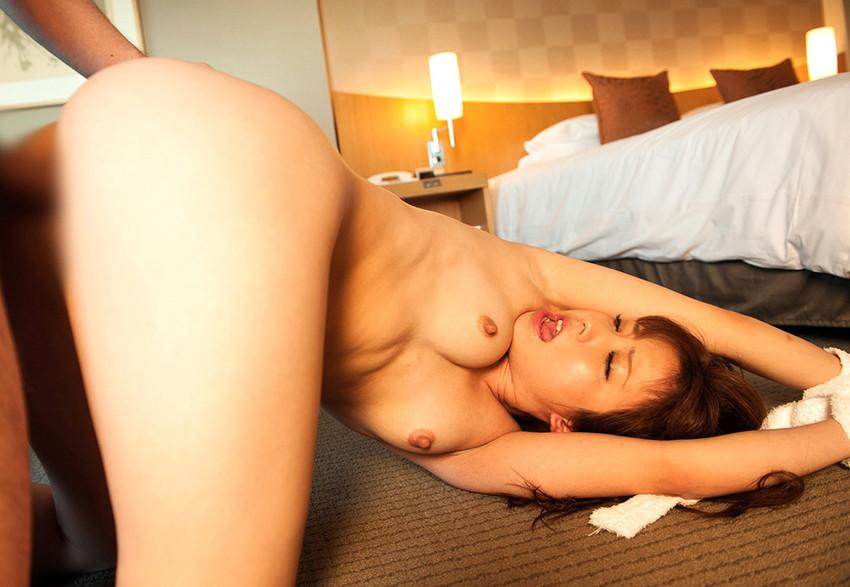 【バックエロ画像】女の子の尻に魅力を感じるヤツが愛してやまない体位がこちらw 18