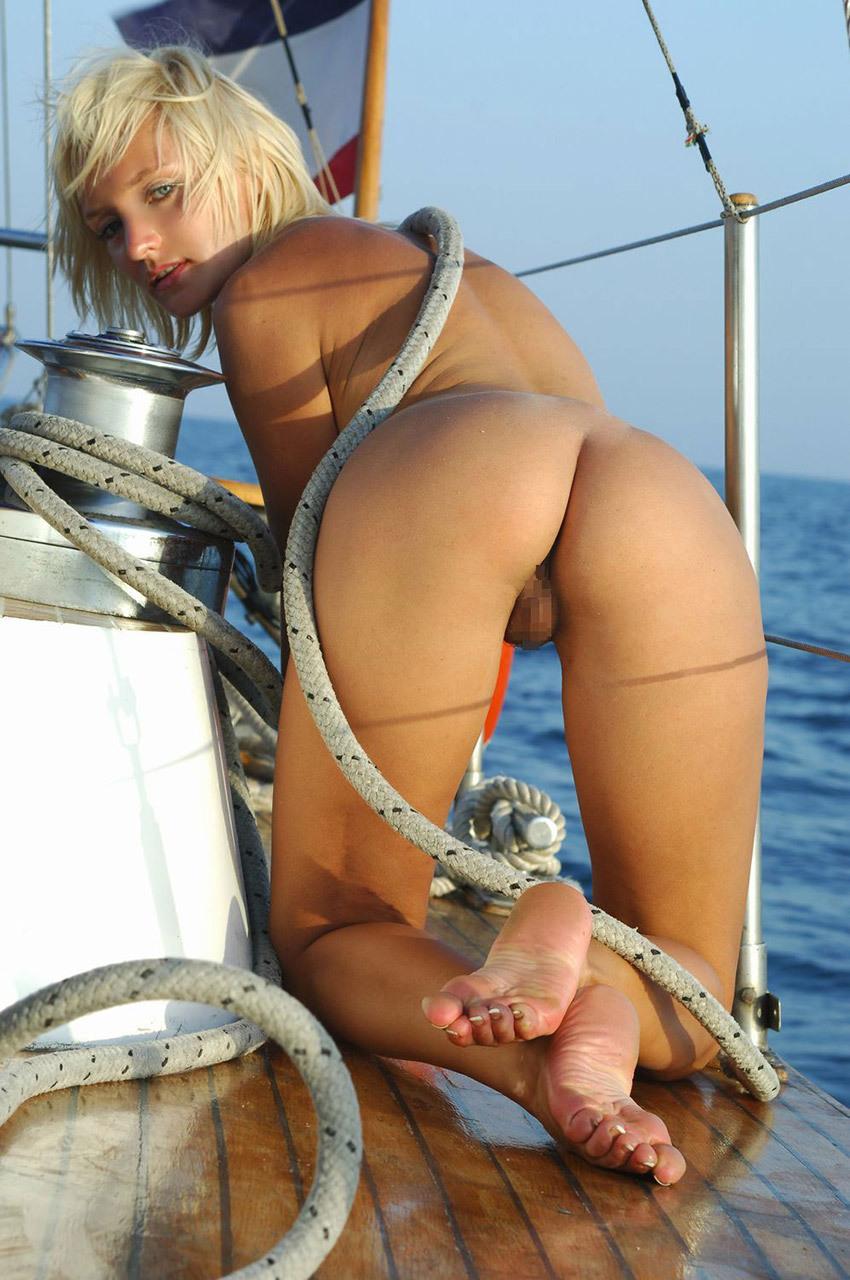 【海外股間エロ画像】大胆に股間をアピールする海外女子たちのエロ画像が抜ける! 42