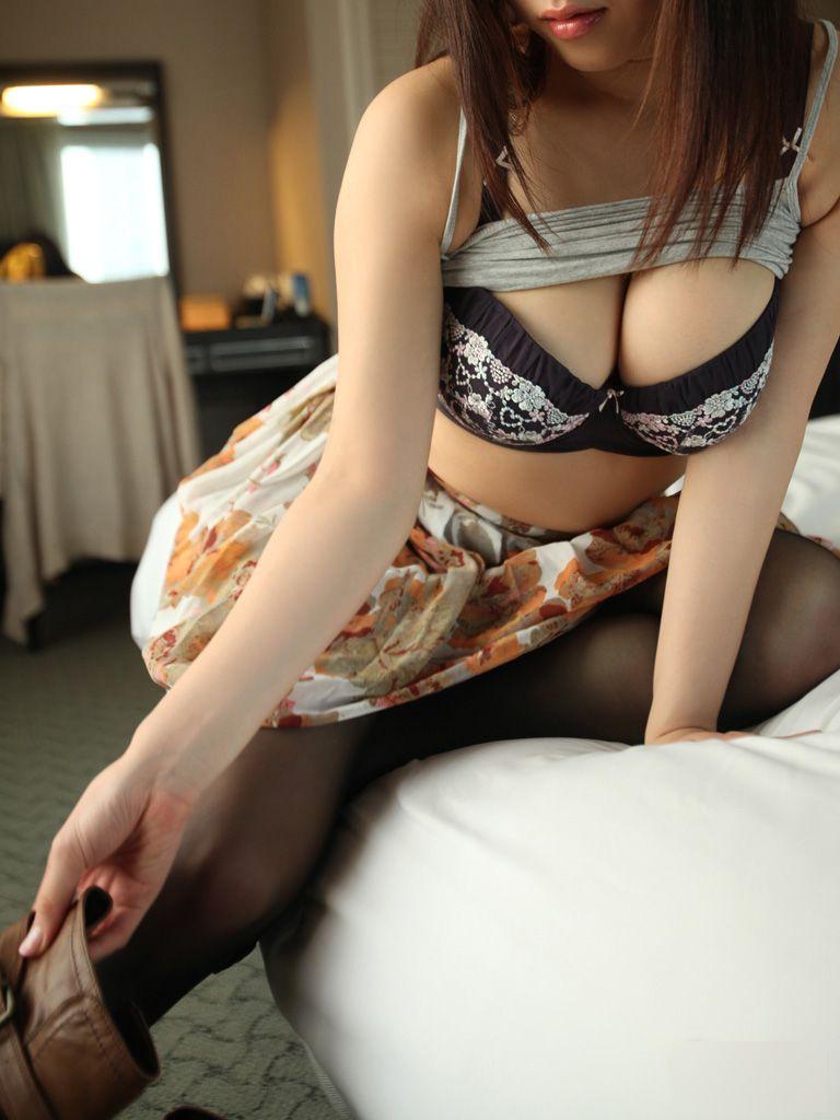 【谷間エロ画像】谷間を強調した女の子たちから視線が逸らせないwwwww 76