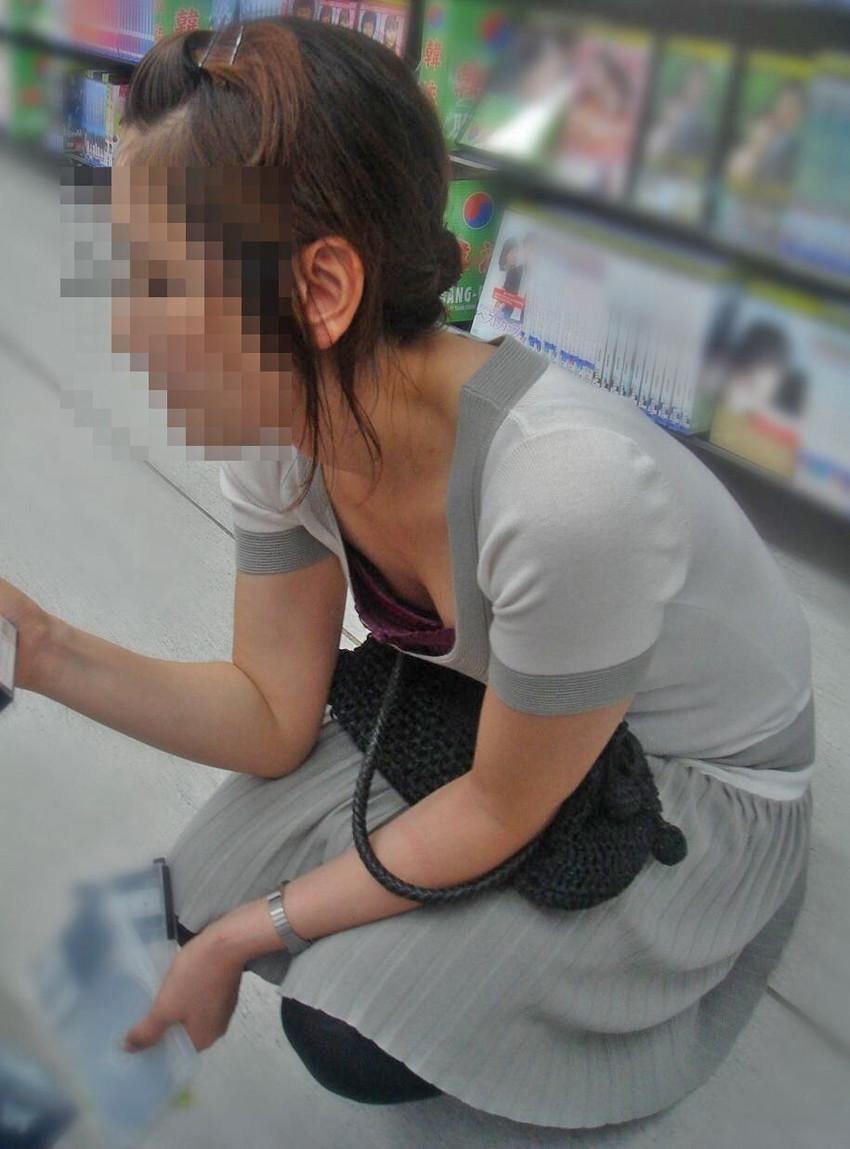 【胸チラ盗撮エロ画像】リアルな臨場感が生々しい胸チラ女子を盗撮した瞬間!