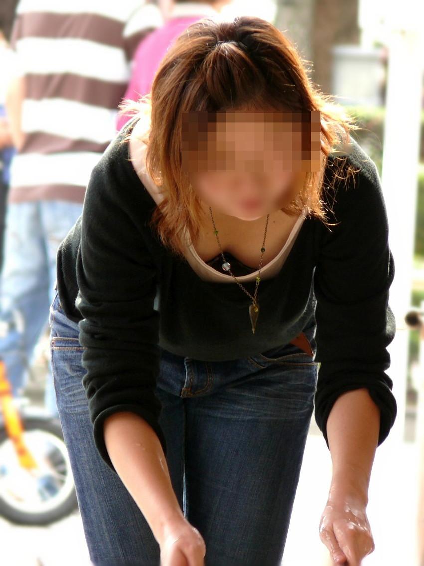 【胸チラ盗撮エロ画像】リアルな臨場感が生々しい胸チラ女子を盗撮した瞬間! 05