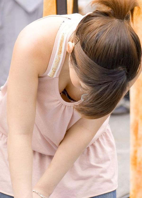 【胸チラ盗撮エロ画像】リアルな臨場感が生々しい胸チラ女子を盗撮した瞬間! 07