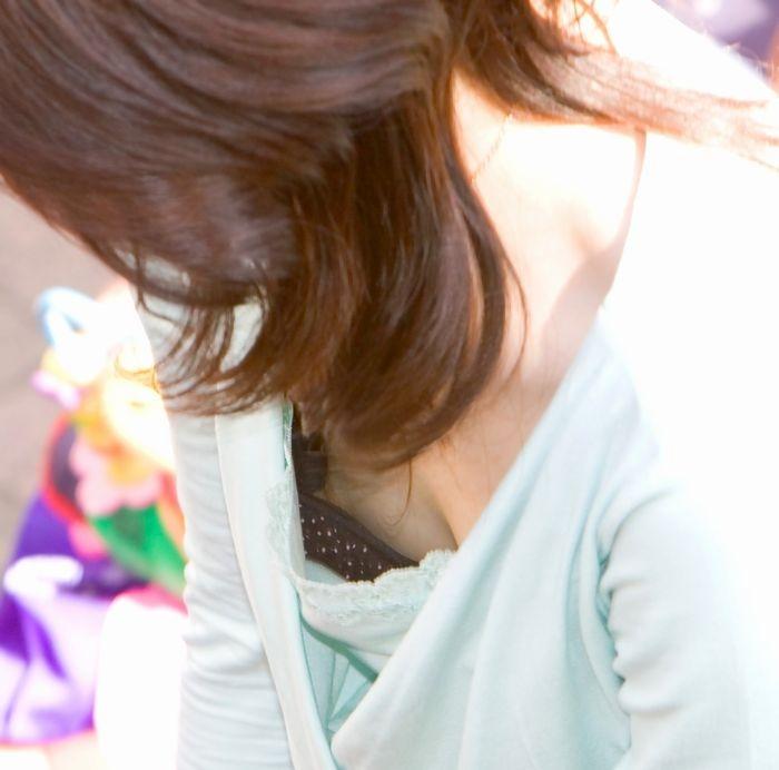 【胸チラ盗撮エロ画像】リアルな臨場感が生々しい胸チラ女子を盗撮した瞬間! 08