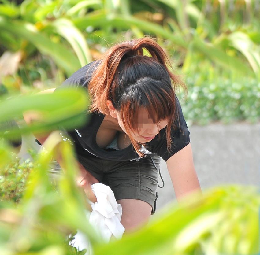【胸チラ盗撮エロ画像】リアルな臨場感が生々しい胸チラ女子を盗撮した瞬間! 09