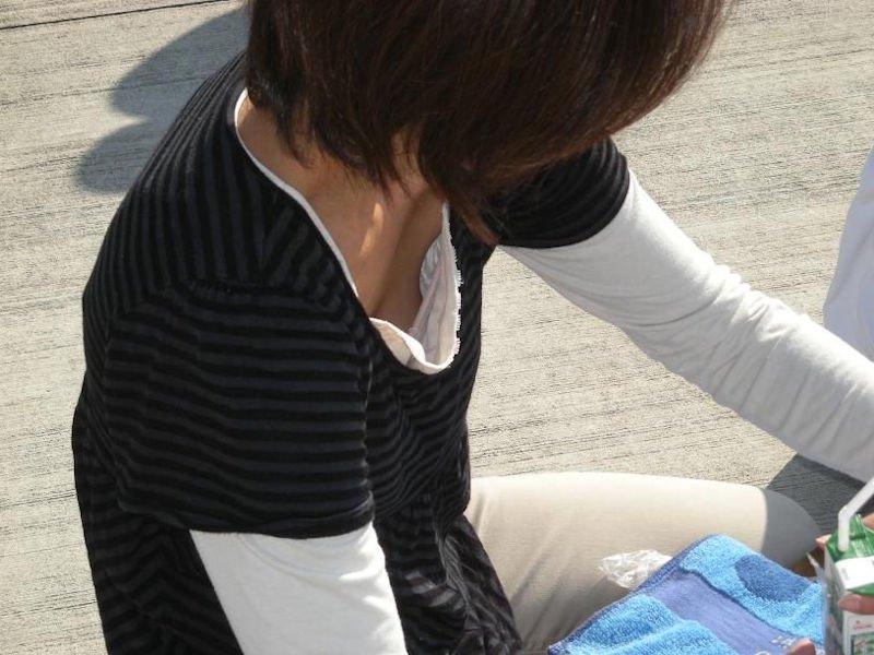 【胸チラ盗撮エロ画像】リアルな臨場感が生々しい胸チラ女子を盗撮した瞬間! 25
