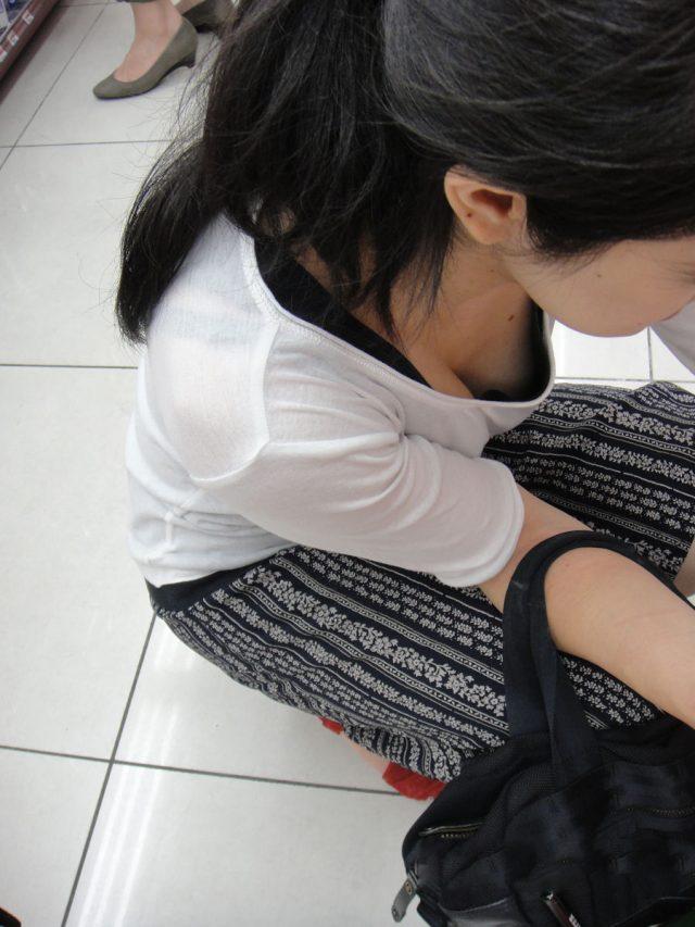 【胸チラ盗撮エロ画像】リアルな臨場感が生々しい胸チラ女子を盗撮した瞬間! 28