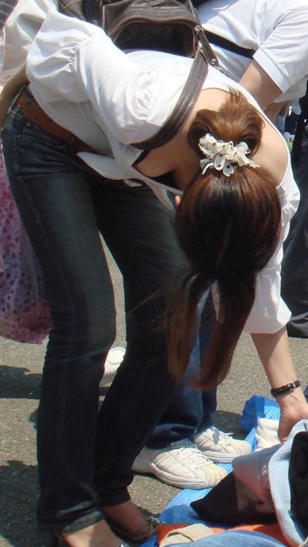 【胸チラ盗撮エロ画像】リアルな臨場感が生々しい胸チラ女子を盗撮した瞬間! 30