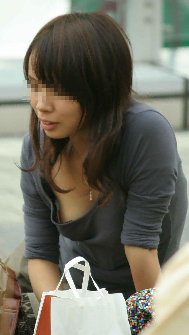 【胸チラ盗撮エロ画像】リアルな臨場感が生々しい胸チラ女子を盗撮した瞬間! 34