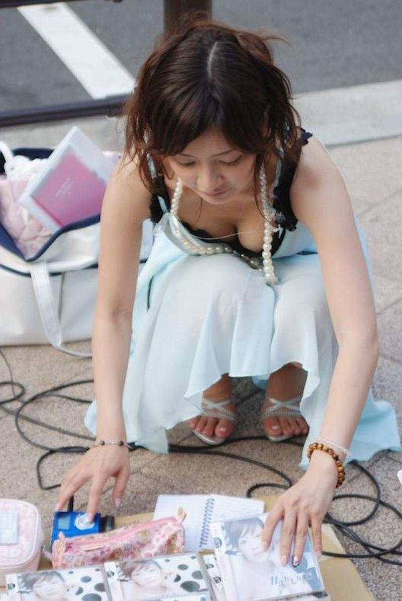 【胸チラ盗撮エロ画像】リアルな臨場感が生々しい胸チラ女子を盗撮した瞬間! 37