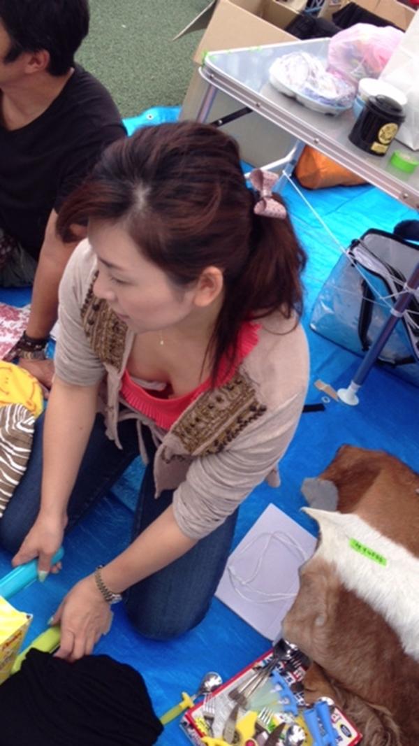 【胸チラ盗撮エロ画像】リアルな臨場感が生々しい胸チラ女子を盗撮した瞬間! 38