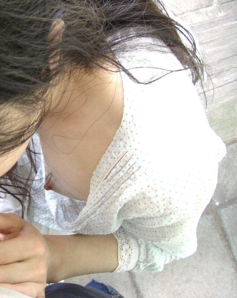 【胸チラ盗撮エロ画像】リアルな臨場感が生々しい胸チラ女子を盗撮した瞬間! 41
