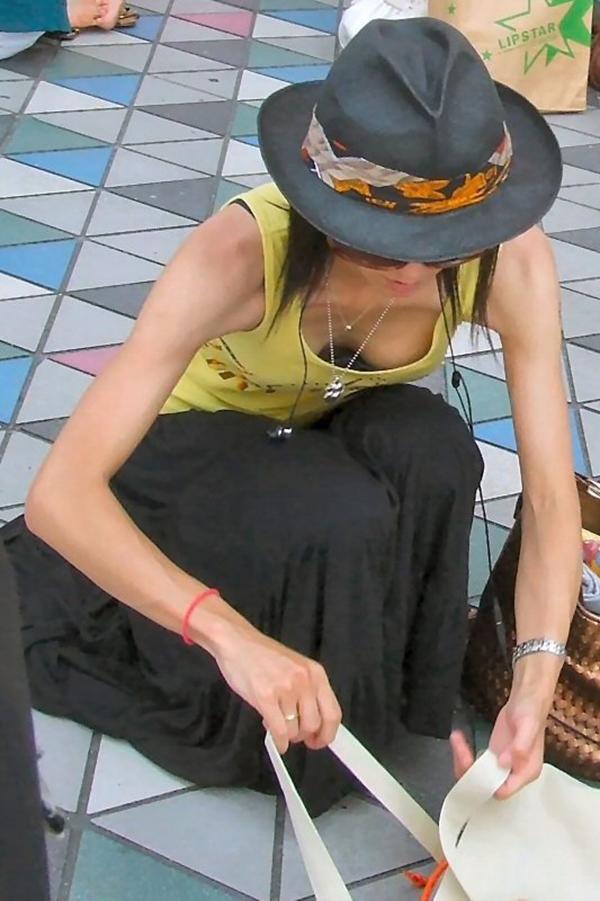 【胸チラ盗撮エロ画像】リアルな臨場感が生々しい胸チラ女子を盗撮した瞬間! 50