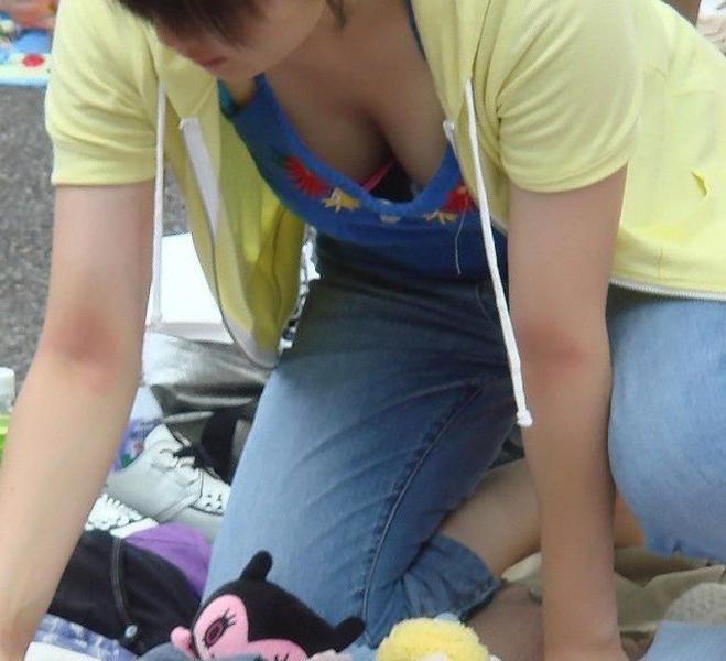 【胸チラ盗撮エロ画像】リアルな臨場感が生々しい胸チラ女子を盗撮した瞬間! 52