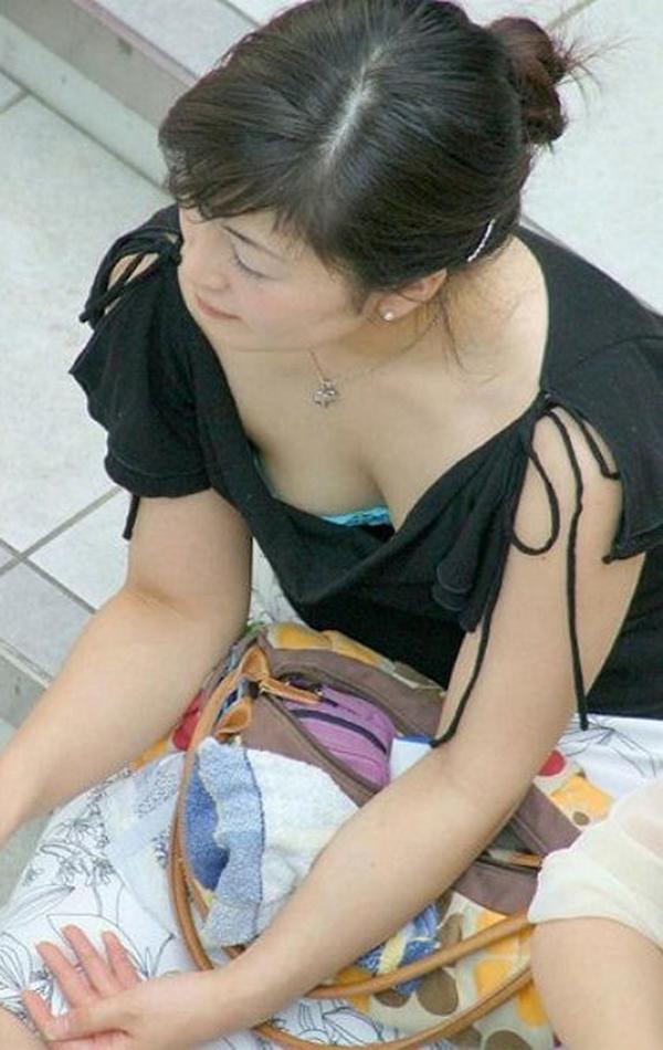 【胸チラ盗撮エロ画像】リアルな臨場感が生々しい胸チラ女子を盗撮した瞬間! 58