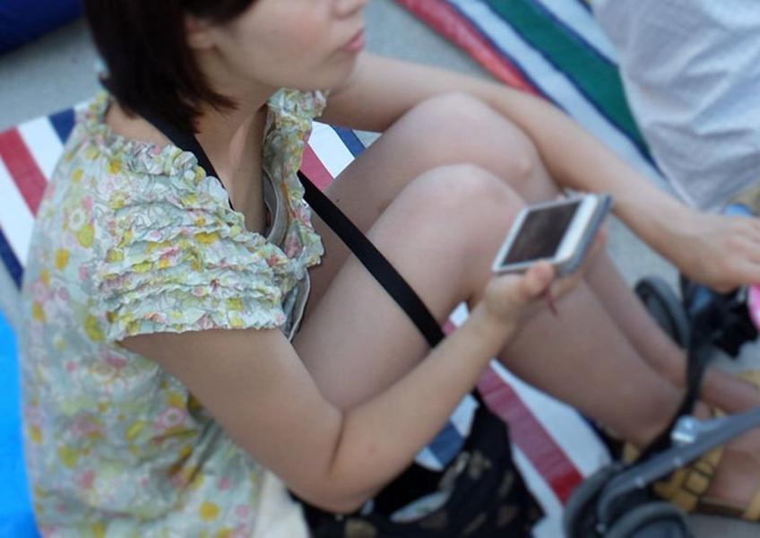 【胸チラ盗撮エロ画像】リアルな臨場感が生々しい胸チラ女子を盗撮した瞬間! 60