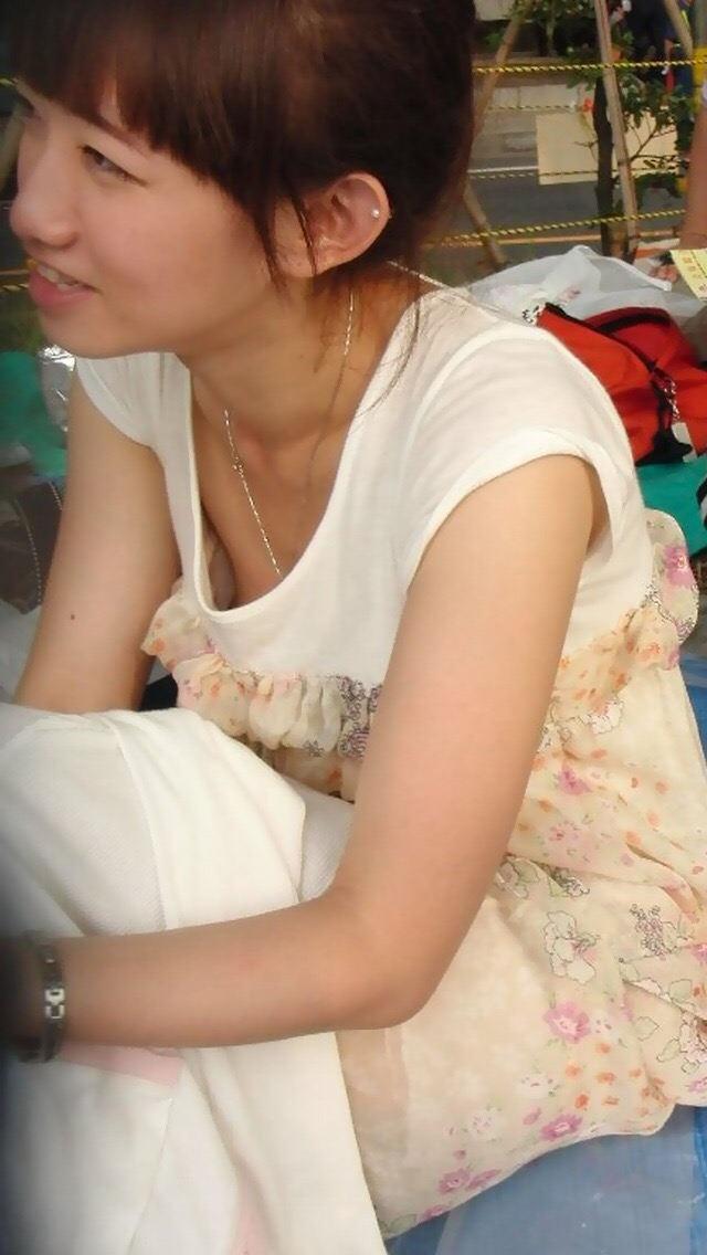 【胸チラ盗撮エロ画像】リアルな臨場感が生々しい胸チラ女子を盗撮した瞬間! 68