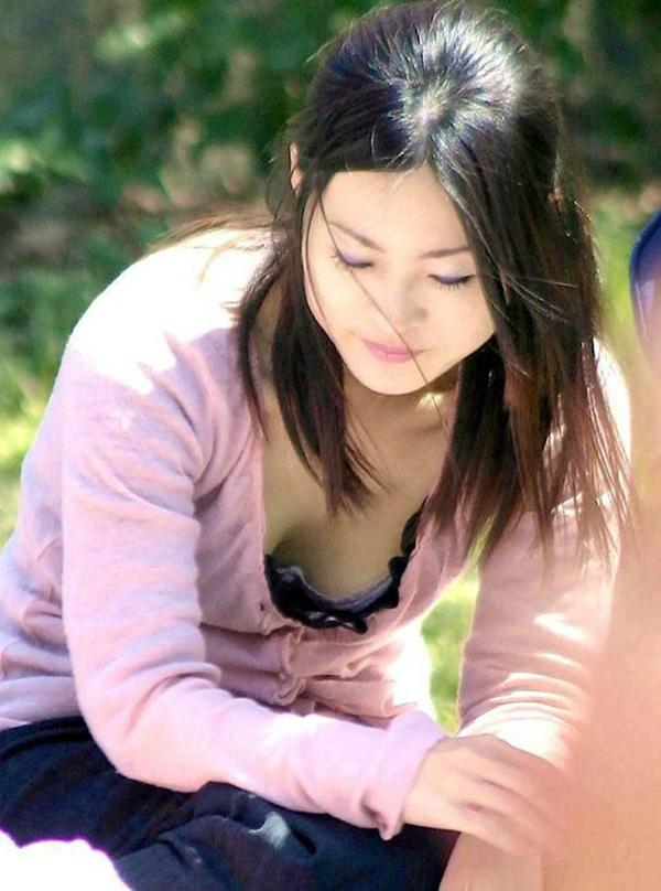 【胸チラ盗撮エロ画像】リアルな臨場感が生々しい胸チラ女子を盗撮した瞬間! 77