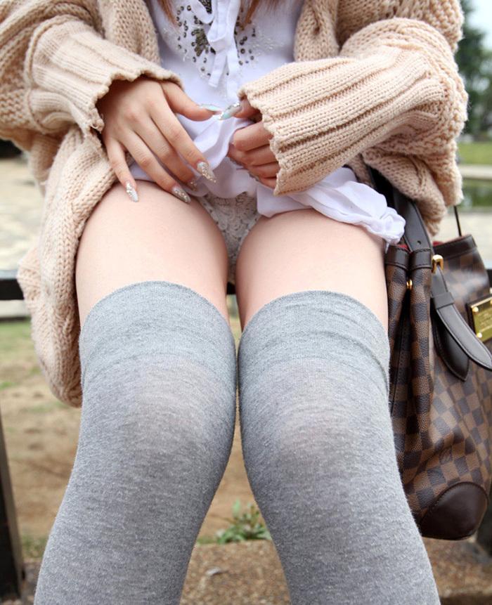 【セルフパンチラエロ画像】女の子からパンチラ見せてくれるとか最高だろ!www 23