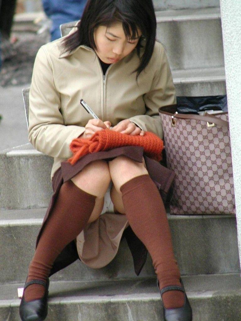 【パンチラエロ画像】素人娘のパンチラ見れた時ってめっちゃ得した気分になるよな!? 02