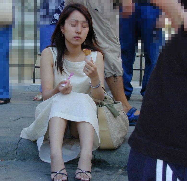【パンチラエロ画像】素人娘のパンチラ見れた時ってめっちゃ得した気分になるよな!? 12