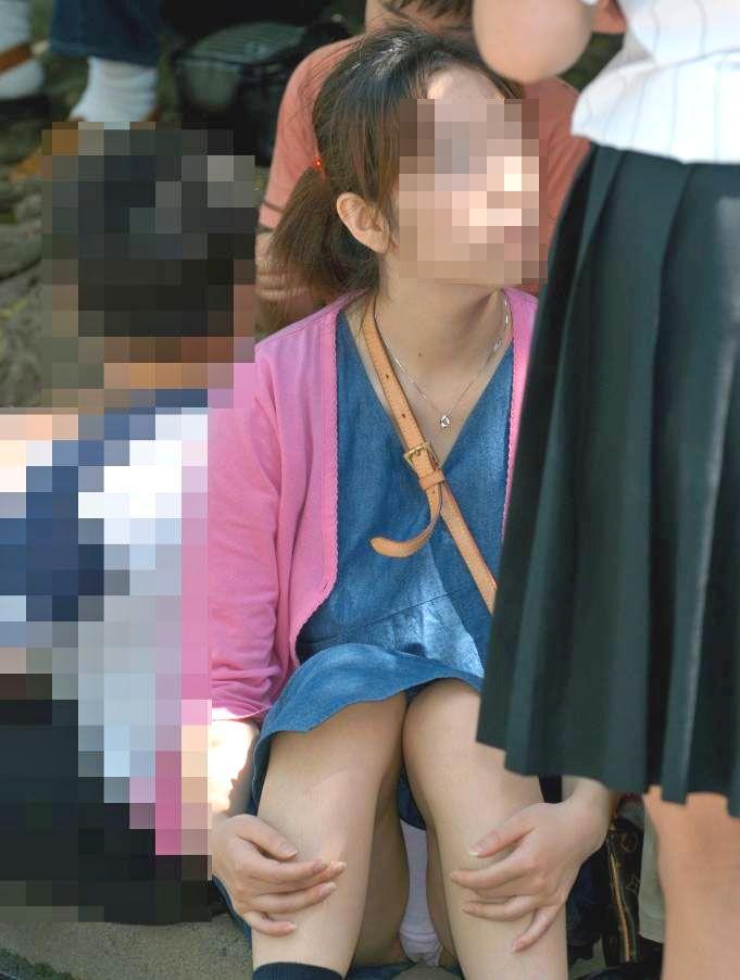 【パンチラエロ画像】素人娘のパンチラ見れた時ってめっちゃ得した気分になるよな!? 18