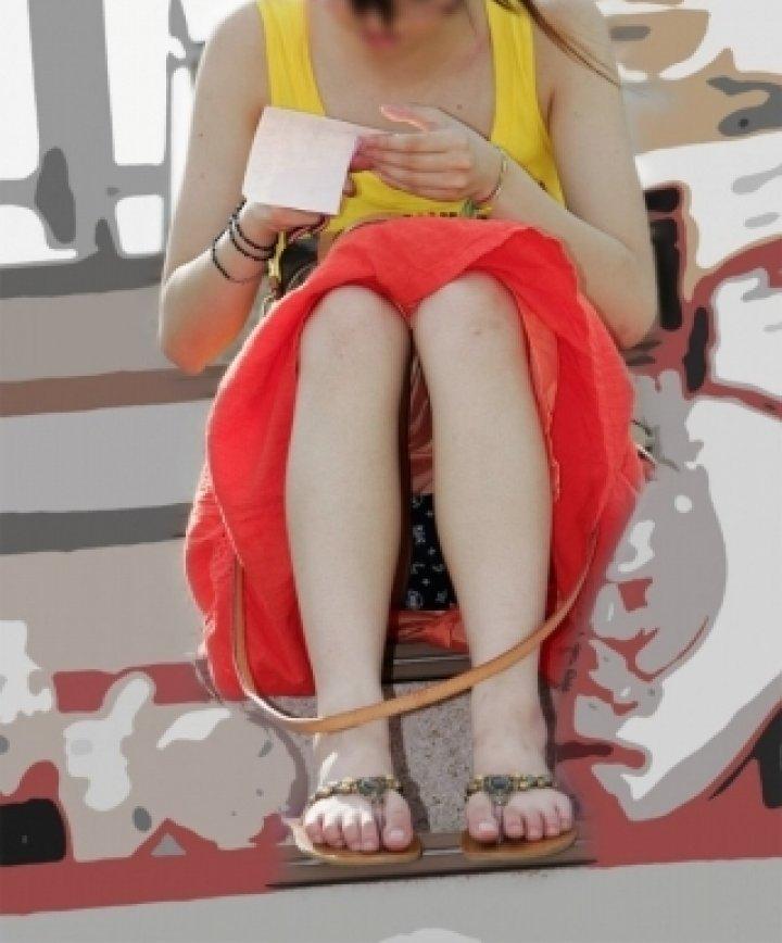 【パンチラエロ画像】素人娘のパンチラ見れた時ってめっちゃ得した気分になるよな!? 23