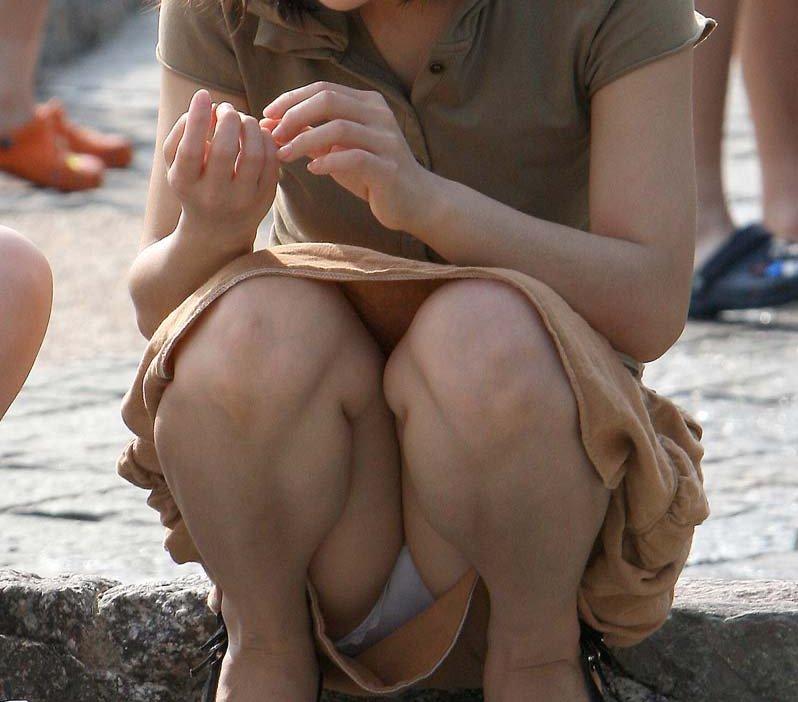 【パンチラエロ画像】素人娘のパンチラ見れた時ってめっちゃ得した気分になるよな!? 24