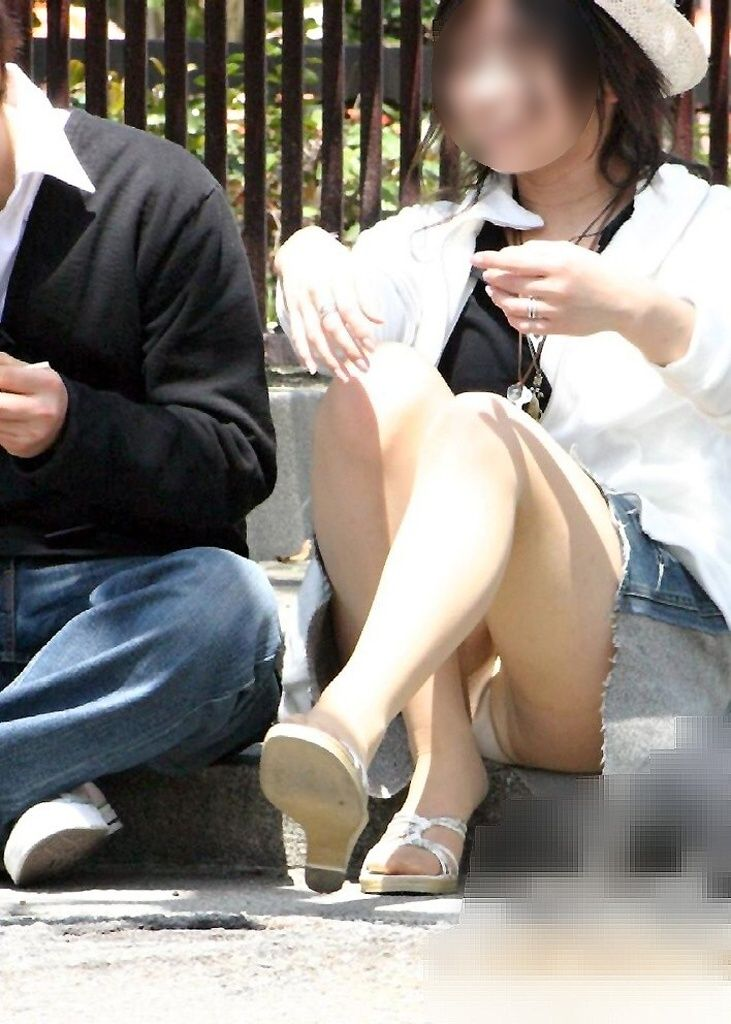 【パンチラエロ画像】素人娘のパンチラ見れた時ってめっちゃ得した気分になるよな!? 42